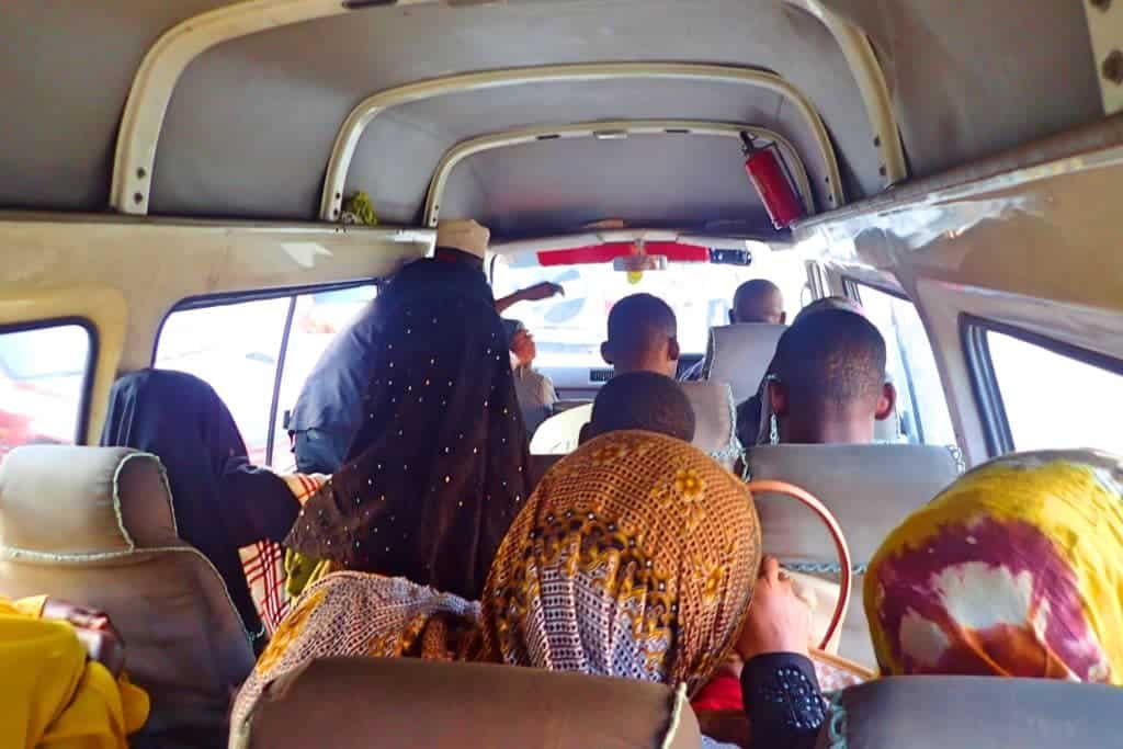 מונית הדלה דלה בטנזניה עמוסה ביותר באי זנזיבר