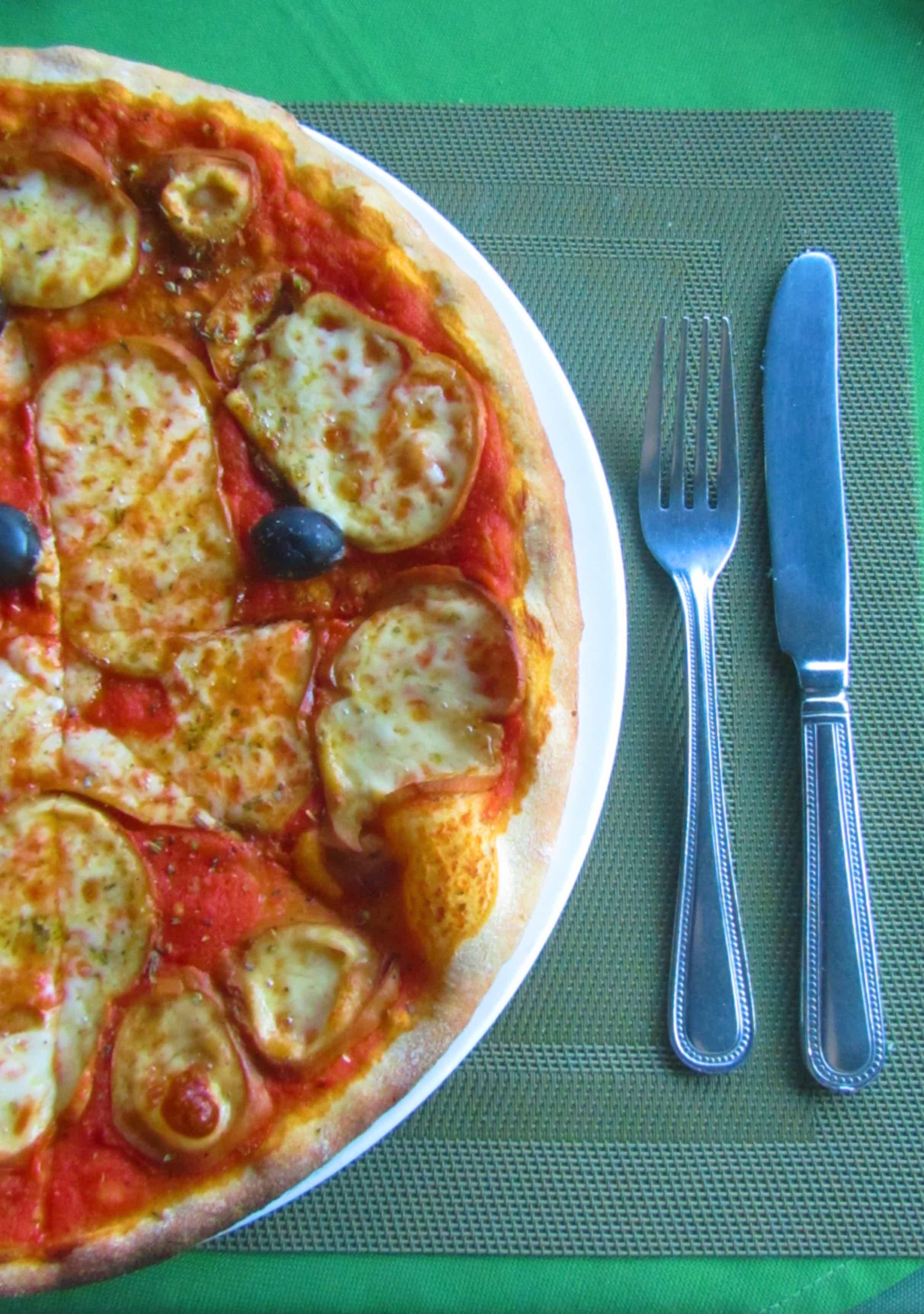 פיצה עם גבינה מעושנת - אחרי הרבה אוכל מקומי אני מבטיח שתרצו פיצה