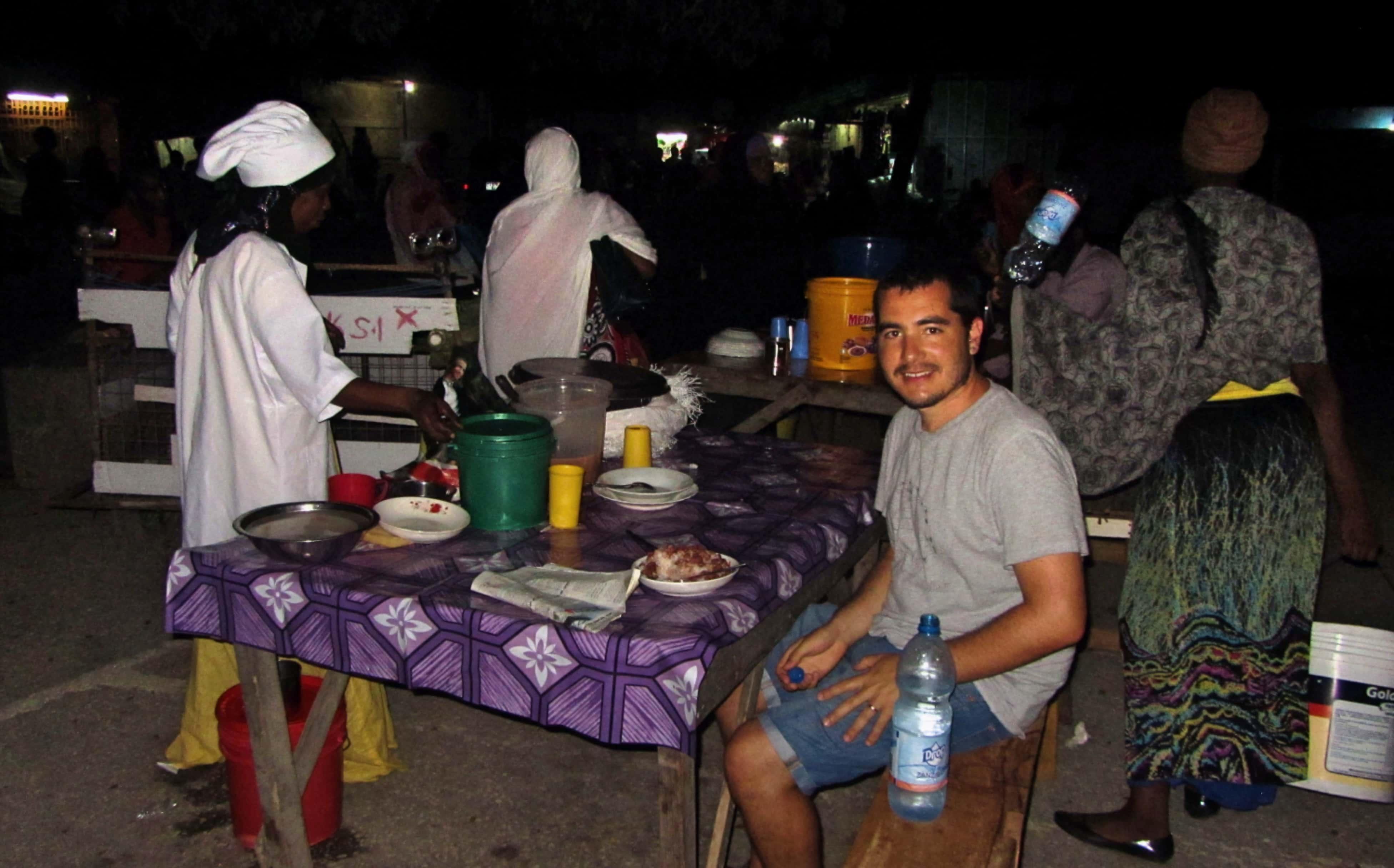 שולחן אוכל בשוק המקומי של זנזיבר למטייל העצמאי