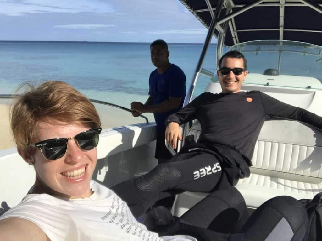 בלוגר נהנה על הסירה בטונגה